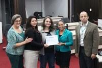 Estagiários, servidores e vereadores recebem certificados