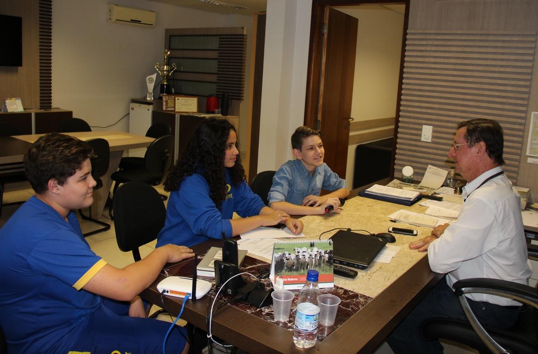 Estudantes visitam a Câmara em trabalho escolar