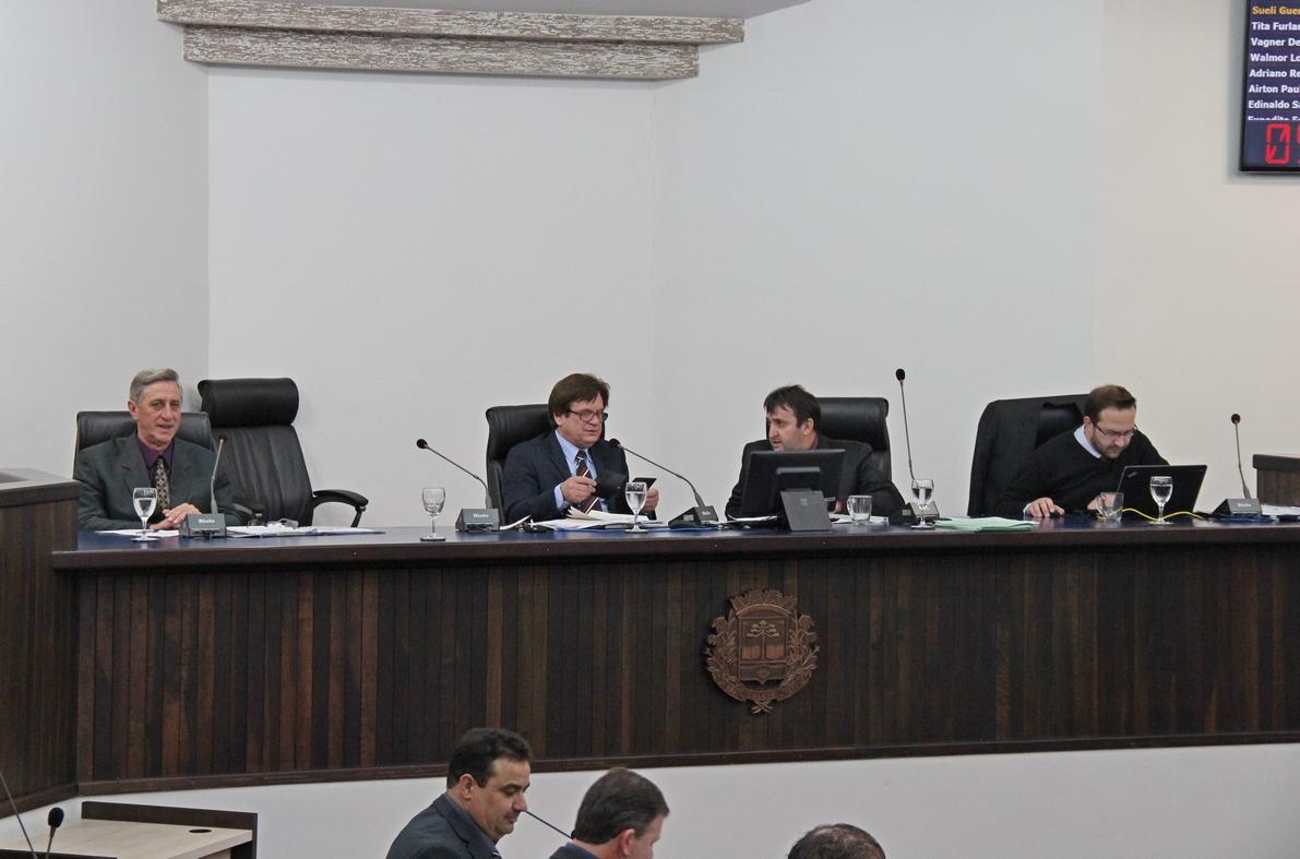 Lodi conduz sessão da Câmara e agradece colaboração