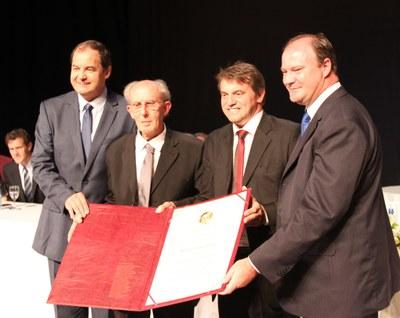 Hermes de Césaro recebe título do vice-prefeito Adelar, prefeito Beto e presidente Ademar