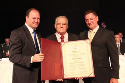 Jovino Canevesi recebe título do presidente Ademar e do vereador Renato Reimann