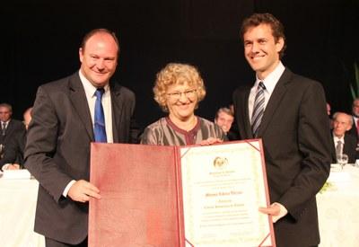 Moema Viezzer recebe título do presidente Ademar e do vereador Tita Furlan